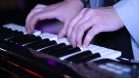Hombre que juega en el sintetizador almacen de metraje de vídeo