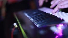 Hombre que juega en el sintetizador metrajes