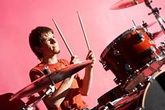 Hombre que juega en el tambor fotografía de archivo