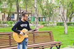 Hombre que juega en la guitarra Imagen de archivo