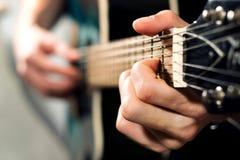 Hombre que juega en la guitarra acústica Fotos de archivo
