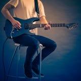 Hombre que juega en la guitarra eléctrica Imagenes de archivo