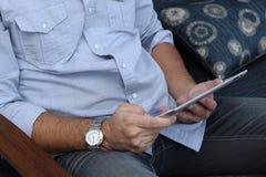 Hombre que juega en una tableta Imágenes de archivo libres de regalías