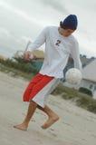 Hombre que juega a fútbol Fotos de archivo