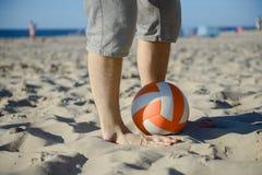 hombre que juega a fútbol en la playa foto de archivo libre de regalías