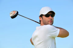 Hombre que juega a golf Fotos de archivo libres de regalías
