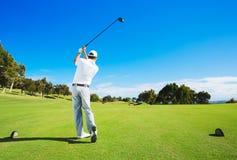 Hombre que juega a golf fotografía de archivo