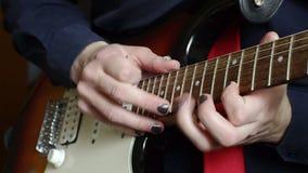 Hombre que juega golpear ligeramente en la guitarra almacen de metraje de vídeo
