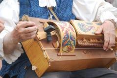 Hombre que juega gurdy hurdy imágenes de archivo libres de regalías