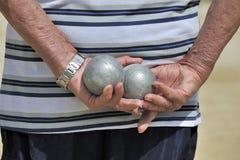 Hombre que juega a jeu de boules Foto de archivo