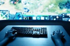 Hombre que juega a los juegos de ordenador imagen de archivo