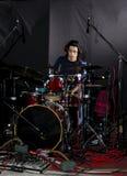 Hombre que juega los tambores Foto de archivo