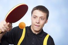Hombre que juega a ping-pong Imágenes de archivo libres de regalías
