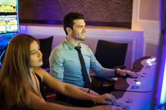 Hombre que juega ranuras en un casino fotografía de archivo libre de regalías