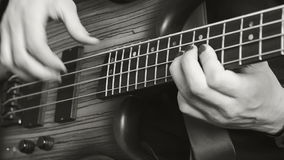 Hombre que juega a solas en la guitarra baja Rebecca 36 almacen de metraje de vídeo