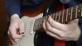 Hombre que juega a solas en la guitarra eléctrica almacen de metraje de vídeo