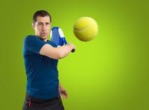 Hombre que juega a tenis de la paleta foto de archivo