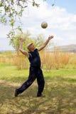 Hombre que juega a voleibol Imagen de archivo libre de regalías