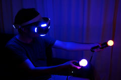 Hombre que juega VR fotografía de archivo libre de regalías
