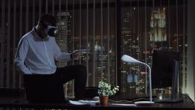 Hombre que juega VR en oficina almacen de video