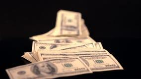 Hombre que lanza abajo de un puñado de cuentas de USD almacen de metraje de vídeo