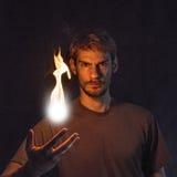 Hombre que lanza la bola de fuego fotos de archivo libres de regalías