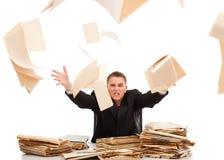 Hombre que lanza lejos papeleo Foto de archivo libre de regalías
