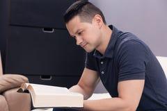 Hombre que lee la biblia santa Fotos de archivo libres de regalías