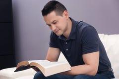 Hombre que lee la biblia santa Imagen de archivo libre de regalías