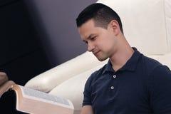 Hombre que lee la biblia santa Fotos de archivo