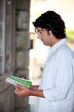 Hombre que lee un folleto Foto de archivo libre de regalías