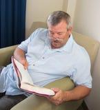 Hombre que lee un libro Fotografía de archivo