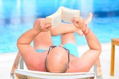 Hombre que lee un libro Fotografía de archivo libre de regalías
