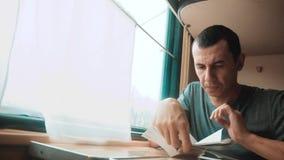 Hombre que lee un libro en un viaje largo del tren viaje de la forma de vida del tren del coche del concepto del viaje del ferroc almacen de video
