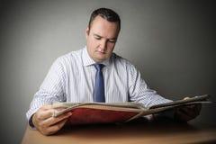 Hombre que lee un periódico Imágenes de archivo libres de regalías