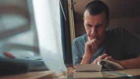 Hombre que lee una forma de vida del libro en un viaje largo del tren Viaje de tren del coche del concepto del viaje del ferrocar almacen de metraje de vídeo