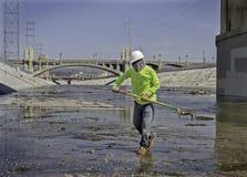 Hombre que limpia el río de Los Ángeles, California Imágenes de archivo libres de regalías