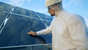 Hombre que limpia los paneles solares Concepto innovador de la industria almacen de metraje de vídeo