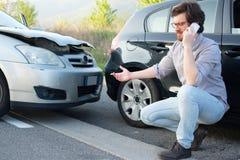 Hombre que llama ayuda después de accidente del choque de coche en el camino Imagenes de archivo