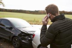 Hombre que llama para divulgar accidente de tráfico en la carretera nacional fotos de archivo