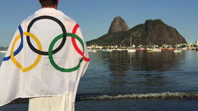 Hombre que lleva al atleta olímpico Flag Rio de Janeiro almacen de video