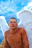 Hombre que lleva a Angel Wings Foto de archivo