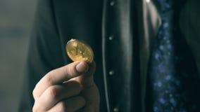 Hombre que lleva a cabo el bitcoin disponible almacen de video