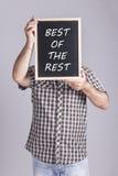 Hombre que lleva a cabo el mensaje escrito en una pizarra Fotos de archivo