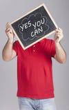 Hombre que lleva a cabo el mensaje escrito en una pizarra Fotografía de archivo libre de regalías
