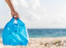 Hombre que lleva a cabo la basura del plástico imagen de archivo libre de regalías