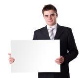 Hombre que lleva a cabo la muestra en blanco foto de archivo