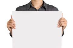 Hombre que lleva a cabo a la tarjeta blanca Fotografía de archivo libre de regalías