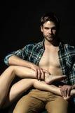Hombre que lleva a cabo las piernas femeninas Imagenes de archivo
