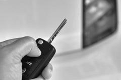 Hombre que lleva a cabo llave del coche Imagen de archivo